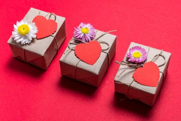 День святого валентина три подарочные коробки на красном фоне Premium Фотографии