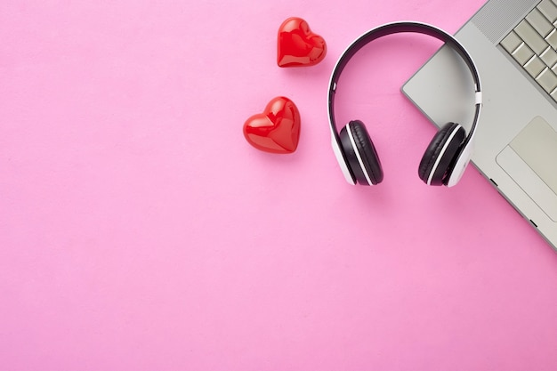 ホリデーデコレーションコピースペースのバレンタインギフトピンクの背景に赤いハートの赤いリボンが付いた赤いギフトボックスホリデーウェブバナー Premium写真
