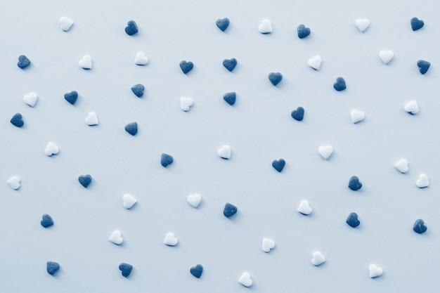 День святого валентина фон с классическим синим тонированное маленькие сердца. день святого валентина концепция копировать пространство Premium Фотографии