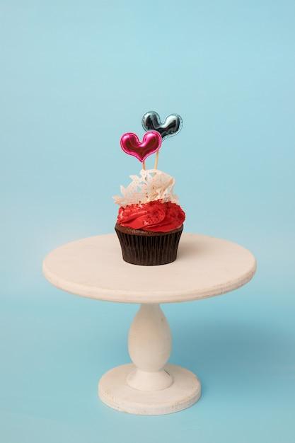 설탕 레이스와 흰색 나무 스탠드에 하트 발렌타인 컵 케 익 프리미엄 사진