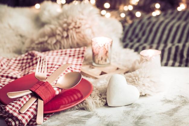 木製の背景カトラリーでバレンタインデーのお祝いディナー 無料写真