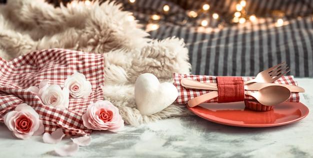Праздничный ужин на день святого валентина на деревянном столе столовые приборы Бесплатные Фотографии