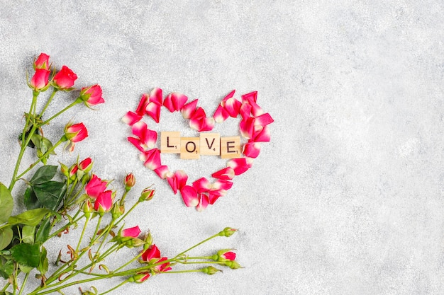 バラの花とバレンタインデーのグリーティングカード。 無料写真