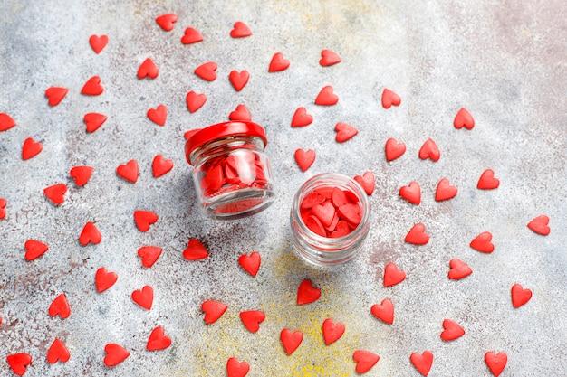 バレンタインデーの赤いハート型の振りかける 無料写真