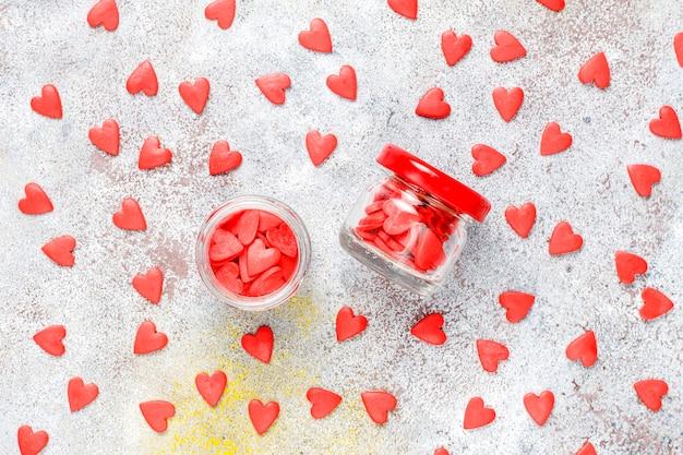 Красные брызги в форме сердца на день святого валентина. Бесплатные Фотографии