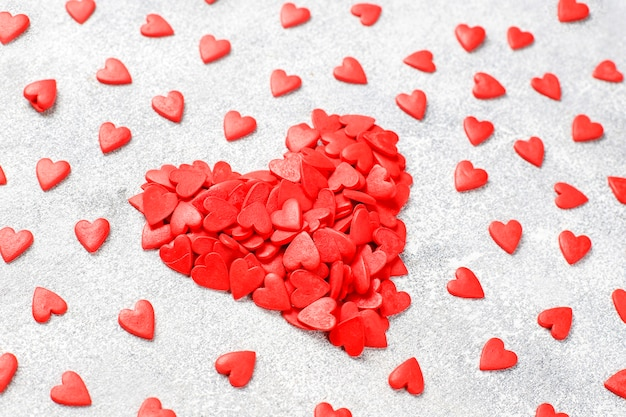 バレンタインデーの赤いハート型のスプリンクル。 無料写真