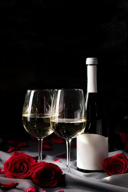 Стол на день святого валентина с вином и бокалами Бесплатные Фотографии