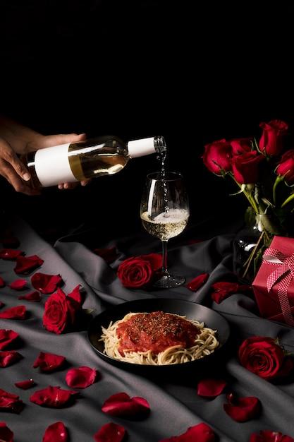 Стол ко дню святого валентина сервирован с вином и пастой Бесплатные Фотографии