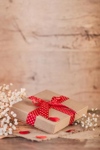 День святого валентина с маленьким подарком Бесплатные Фотографии
