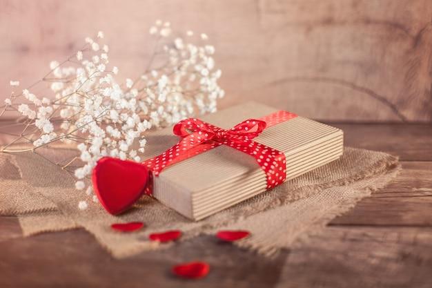 バレンタインの贈り物と木の上の心 無料写真