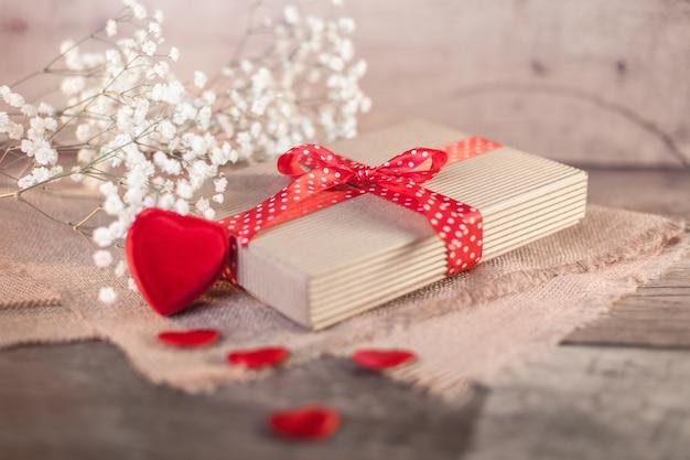 Валентина подарок и сердечки на дереве Бесплатные Фотографии