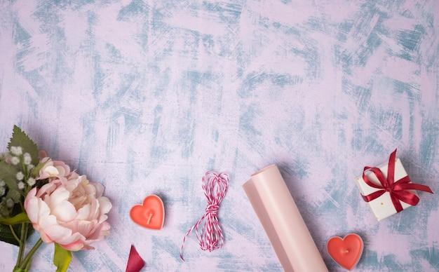 バレンタインデーの背景。ギフト、キャンドル、紙吹雪。フラットレイ、上面図、コピースペース Premium写真