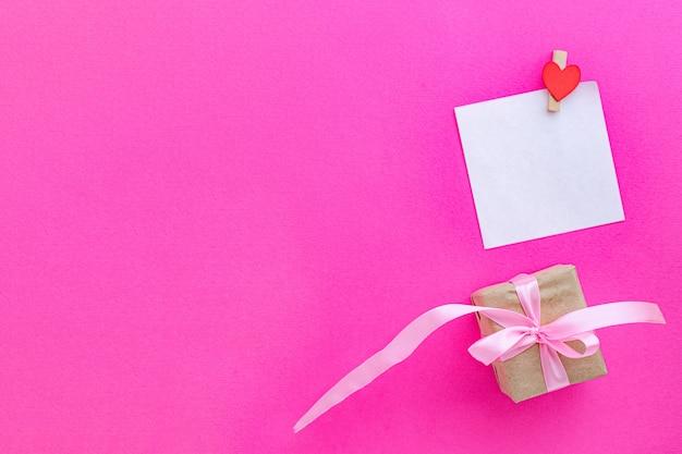 空白のカードまたはメモとギフトボックスとバレンタインデーの背景 Premium写真