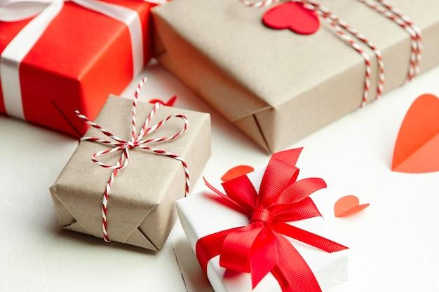 День святого валентина украшенные подарочные коробки на белом деревянном столе Premium Фотографии