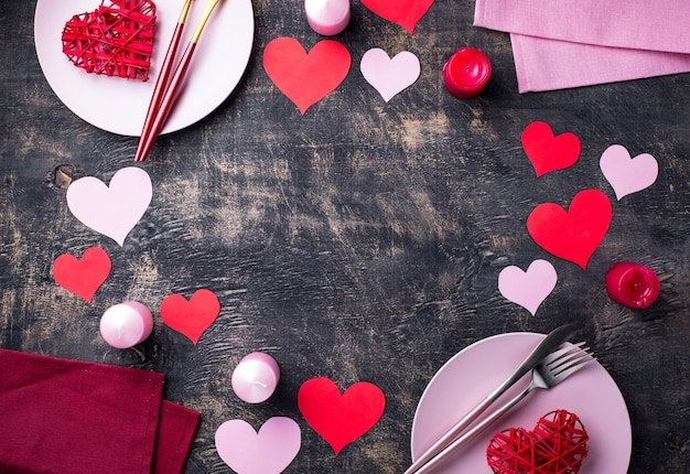 День святого валентина праздничная сервировка с фоном рамки бумажные сердца Premium Фотографии