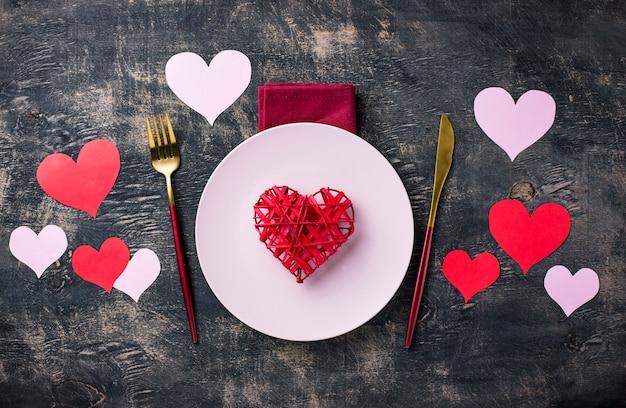 Праздничная сервировка стола на день святого валентина Premium Фотографии