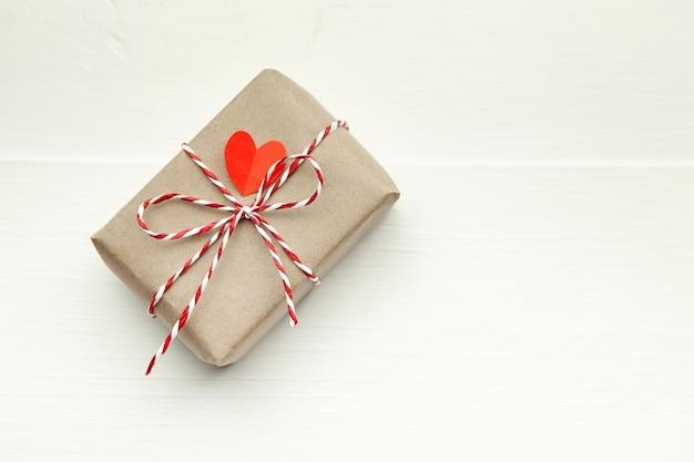 Подарочная коробка на день святого валентина, украшенная красным сердцем Premium Фотографии