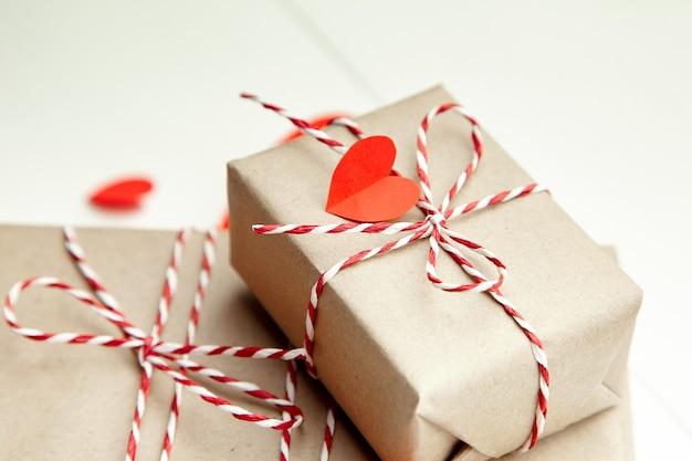 Подарочная коробка на день святого валентина, украшенная красными сердечками Premium Фотографии