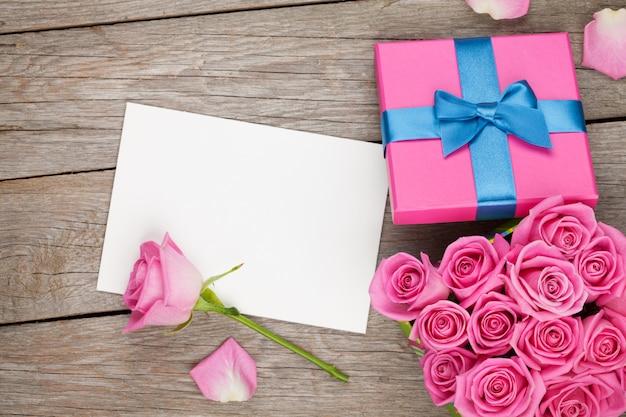 Валентинка или фоторамка и подарочная коробка с розовыми розами Premium Фотографии