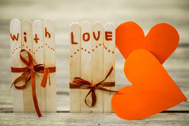 День святого валентина любовная надпись на небольших деревянных палочках с сердечком Бесплатные Фотографии
