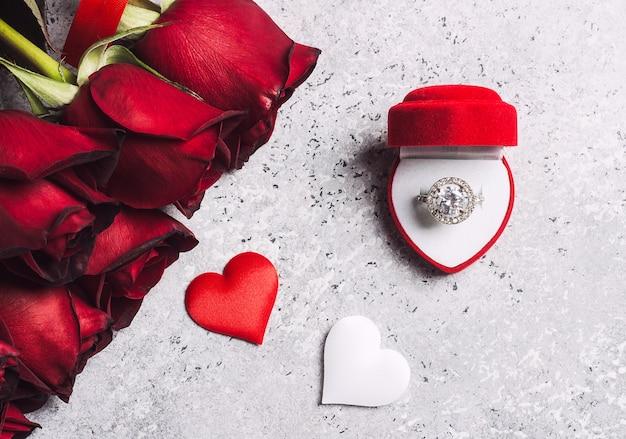 バレンタインデーは私と赤いバラのギフトを結婚式の婚約指輪ボックスと結婚 無料写真