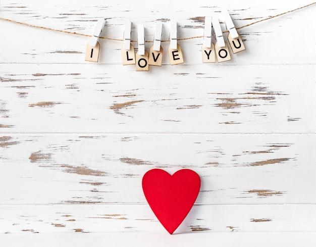 День святого валентина формы красного сердца на белом фоне деревянных Premium Фотографии