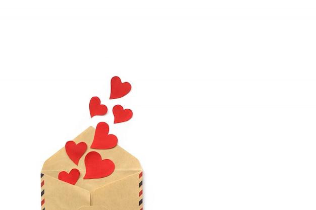 День святого валентина, красные сердца из конверта ремесло, изолированные на белом фоне. концепция любви copyspace Premium Фотографии