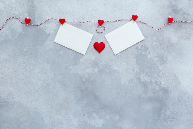 День святого валентина, фон приглашения на свадьбу, красные сердечки и две открытки ко дню святого валентина Premium Фотографии