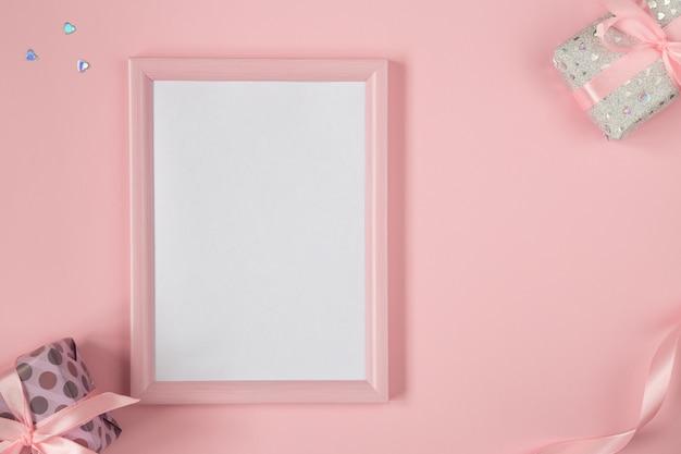 Плоская планировка валентинки с подарками, лентами и блестящими сердцами. день рождения, день матери, день святого валентина фон с копией пространства. вертикальный макет розовой рамки. Premium Фотографии