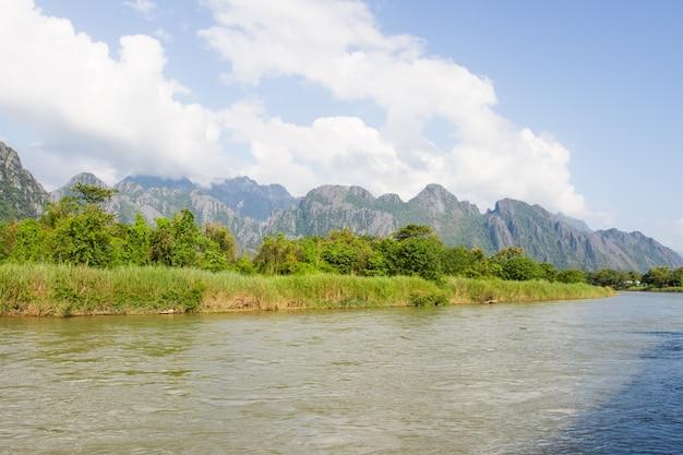 ラオスのvang viengにあるnam song川 Premium写真