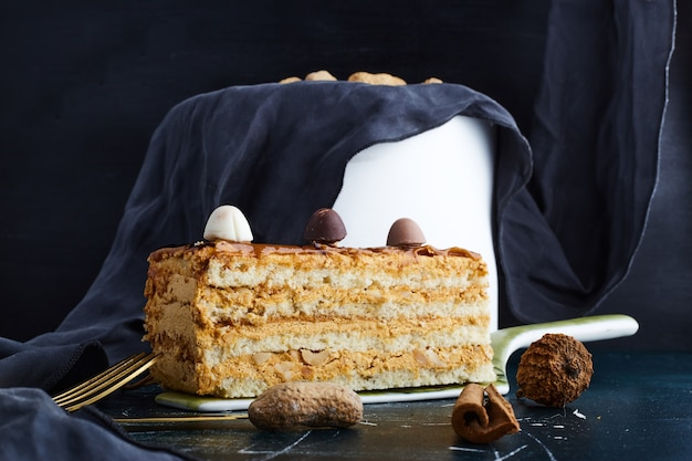 青い背景に分離されたバニラケーキ。 無料写真