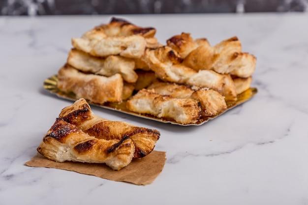 大理石に砂糖を入れたバニラクッキー Premium写真