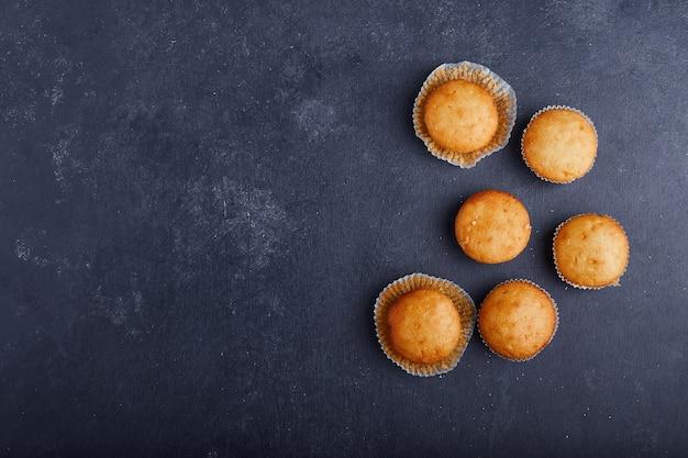 Cupcakes alla vaniglia su sfondo blu. Foto Gratuite