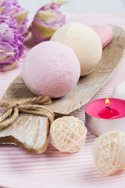 Vanilla and strawberry bath bombs Premium Photo