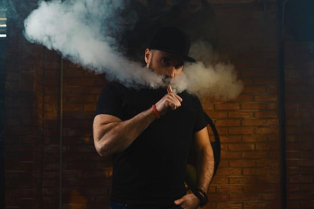 Человек vaping электронная сигарета Бесплатные Фотографии