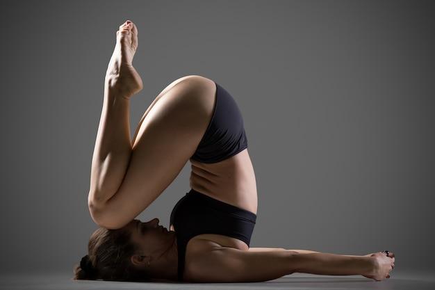 Variazione del ginocchio all'orecchio yoga pose Foto Gratuite