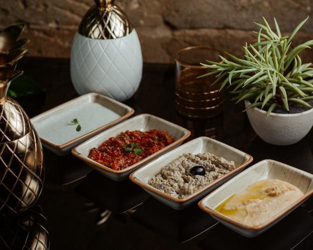 Вариации соусов для барбекю, в том числе йогурт, томатный, оливковый и масляный соусы Бесплатные Фотографии