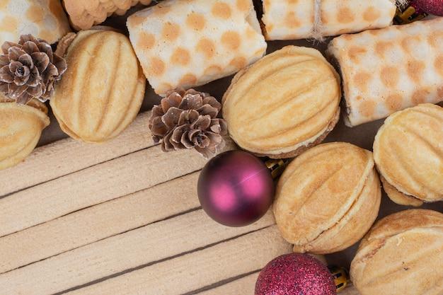 Varietà di biscotti e ornamenti natalizi su vista ravvicinata. Foto Gratuite