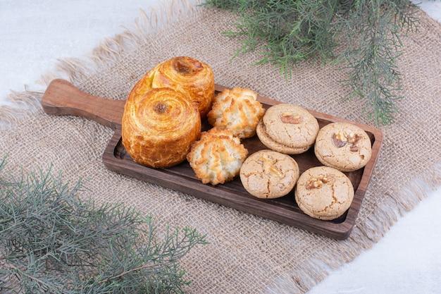 Varietà di deliziosi biscotti sulla tavola di legno. Foto Gratuite