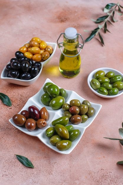 Varietà di olive intere verdi e nere. Foto Gratuite