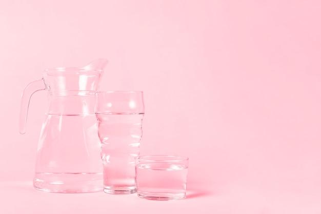 水で満たされたさまざまな容器 無料写真