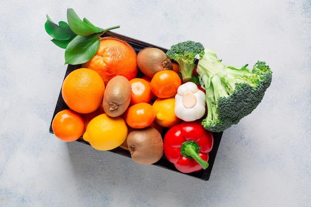 Разнообразие продуктов, овощей и фруктов для поддержания иммунитета в черном ящике на белом фоне Premium Фотографии