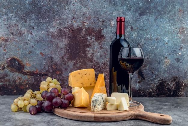 さまざまな美味しいチーズとブドウとワイン Premium写真