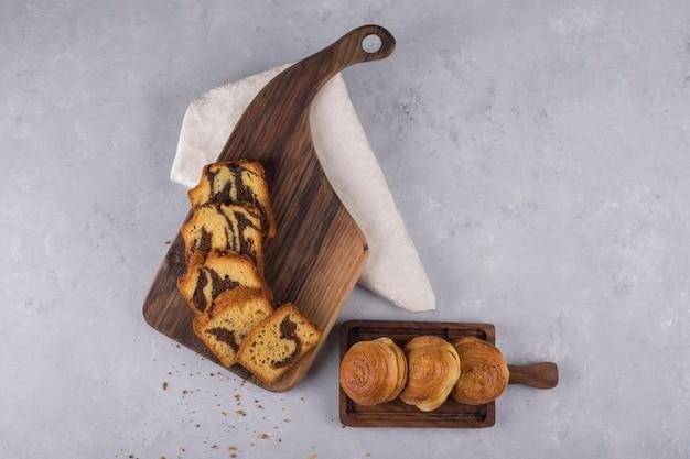 Varietà di pasticcini e focacce su una tavola di legno Foto Gratuite