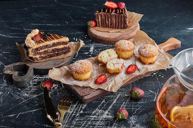 Varietà di dolci su tavole di legno. Foto Gratuite