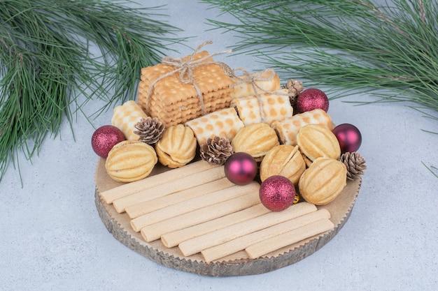 Vari biscotti e addobbi natalizi su tavola di legno. Foto Gratuite