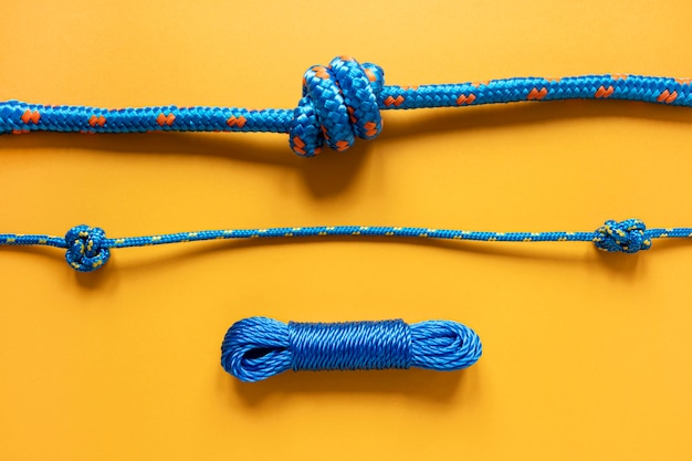 さまざまな青いセーラーロープの結び目 Premium写真