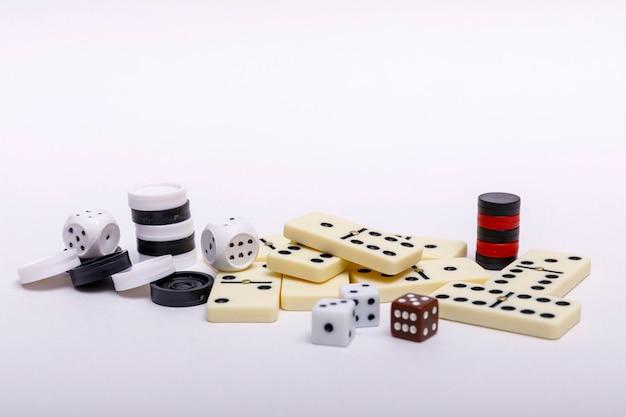 Различные настольные игры, шахматы, кости и домино на белом Premium Фотографии