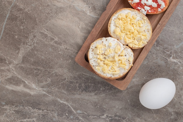 卵と木の板の様々なブルスケッタ。高品質の写真 無料写真