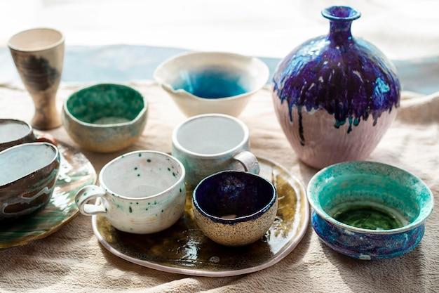Vari vasi in ceramica con il concetto di ceramica dipinta Foto Gratuite